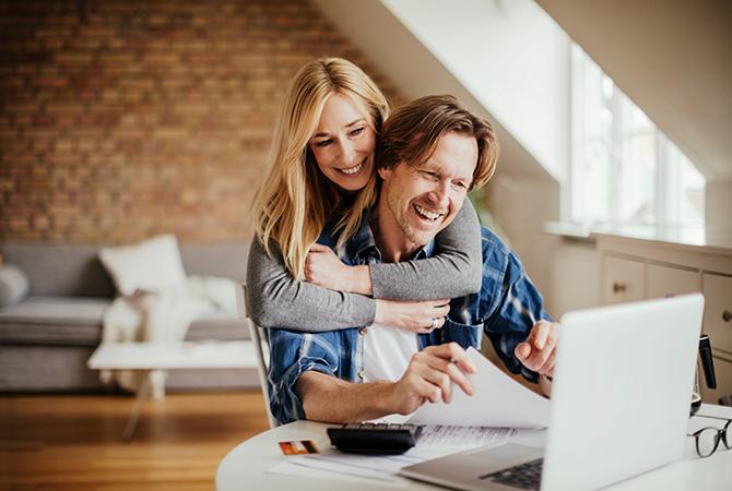 husband wife happy computuer